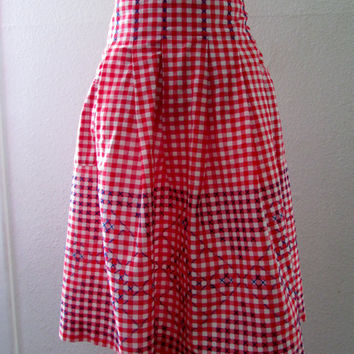 15-0766 Vintage 1950s Red Gingham Apron /  Embroidered Apron / Red Apron / Red and White Check Embroidered Half Apron