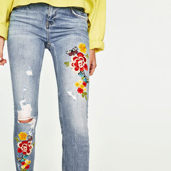 SLOUCHY JEANS WITH FLORAL EMBROIDERY