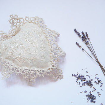 Sachet heart - Lavender and Carpathian herbs (thyme, mint, Flowers of lime)   - wedding - bridesmaid - tatting lace - Embroidery