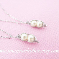 Two peas in a pod best friend necklace set - Cream