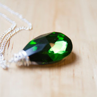 Emerald green briolette pendant necklace