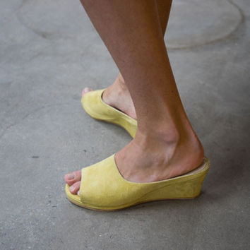 YVES WEDGE, YELLOW SUEDE