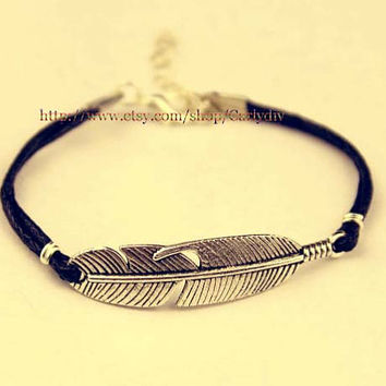 ancient silver feather feather bracelet, retro pendant bracelet, alloy bracelet, Christmas gifts, gift friendship