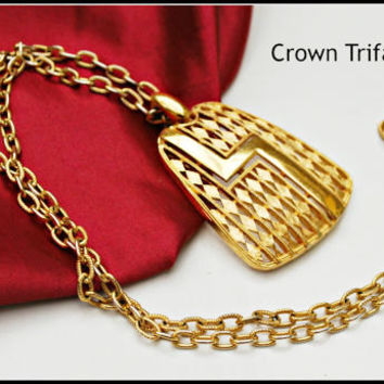 Vintage Crown Trifari Mid century Mod gold tone pendant Necklace