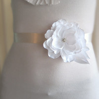 Bridal White Flower Sash. Wedding White Flower Belt. Bridal Flower Accessory. Wedding dress belt.