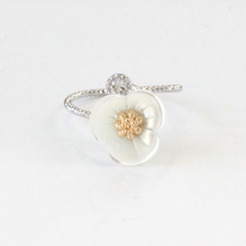 Antique White Daisy Ring
