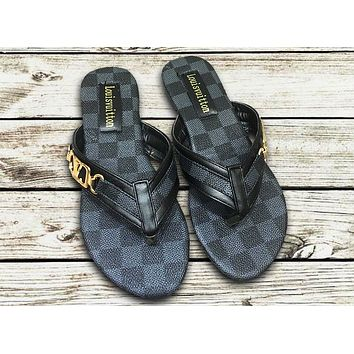 LV 2019 new wild female models wear beach slipping feet flat sandals black check