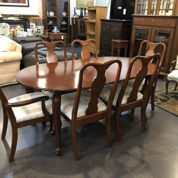 Universal Antique Cherry, Queen Anne Style Dining Table w/ 6 Chairs and 1 Leaf