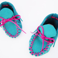 BABY MOCCASINS handmade in torquoise blue LEATHER with pink ribbon, newborn shoes, infant shoes, great baby shower gift - Bonbons