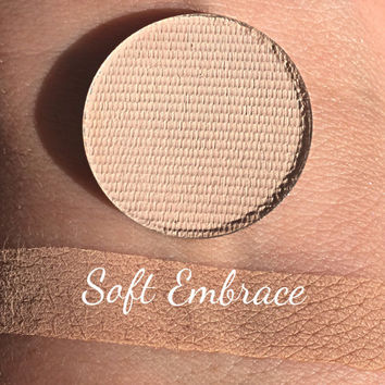 SOFT EMBRACE - Pressed Matte Eyeshadow - Nude / Peach / Trasition color