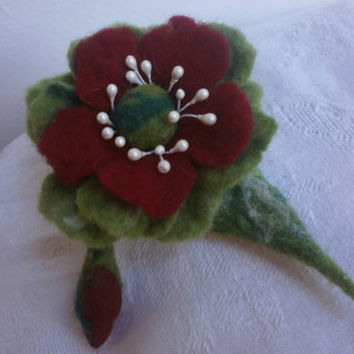 Wool felt brooch, red green felt flower brooch,Christmas felt flower,hair accessory,poppy brooch,felt wool jewellery, Christmas gift for her