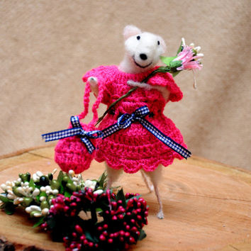 Felt mouse/ Felt animal/ Mouse beauty with flower bouquet and bag filled with dry lavender! Perfect gift!