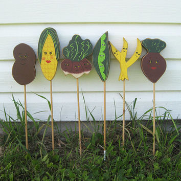Vintage Set of Hand Painted Wood Vegetable Garden Markers Signs / Vintage Garden Signs Corn Potato Beets Peas Radish Beans