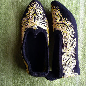 Vintage handmade female Rhodope bootees / slippers / of thick woolen cloth, embroidered with silk - black