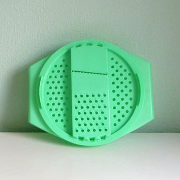 11-1101 Vintage 1970s Green Plastic Tupperware / Tupperware Cheese Grater / Tupperware Lettuce Shredder / Salad Bowl