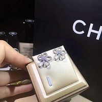 Van Cleef & Arpels  VCA   The delicate heliotol nail is simple and elegant