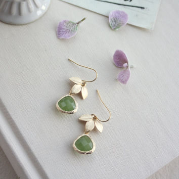Gold Leaf and Green Peridot Earrings. Gold Leafy Earring, Green and Gold Earring. Gold Leafy Earring. Bridesmaids Gift. Green Bridal Wedding