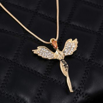 The new fashion accessories are full of diamond wing necklaces