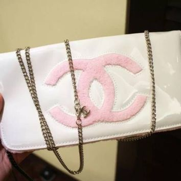 Chanel cosmetics cover with a bag with a single shoulder chain women's bag white black shiny surface patent leather