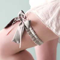 Bridal bow garter Light grey silk and pink ribbons Romantic lingerie OOAK by Jye, Hand-made in France