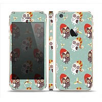 The Cartoon Snowy Colored Owls Skin Set for the Apple iPhone 5s