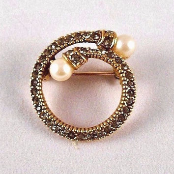 Round Brooch/Pin Faux Diamonds-Gold Trim-Pearl Accent Vtg Costume Jewelry 1""