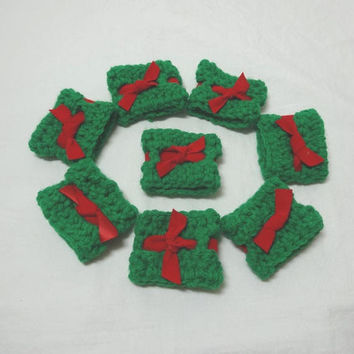1970s Vintage Set of 8 Crocheted Lace Napkins Rings, Green with Red Velveteen Ribbon Insert, Vintage Christmas Decor, Table Decor, Gift Box