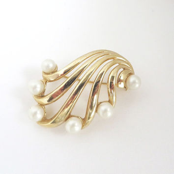 Vintage Crown Trifari Gold Tone Brooch Pin with Faux Pearls, 1960s