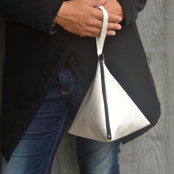 Clutch triangle in white faux leather zipped / handbag / bag for women / faux leather purse / handbag / wrist bag / minimal bag/ jewelry bag