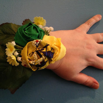 Yellow and Green Corsage, Wrist Corsage, Flower Corsage, Mother's Day Corsage, Gift For Mom, Mother's Day Gift, Prom Gift