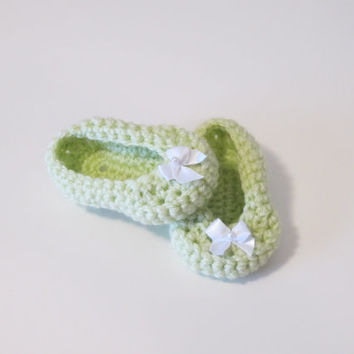 Crochet girl booties with white bow, crochet green booties, crochet light green booties, green crochet shoes with bow, green crochet shoes