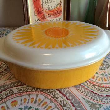 Vintage 1960's Pyrex  2.5 Quart Casserole Pyrex Dish 045 with Daisy Patterned Lid