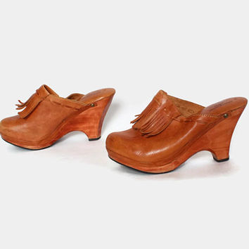 Vintage 70s Boho Leather CLOGS / 1970s Golden Brown Leather Fringed Wood Heel PLATFORMS 9