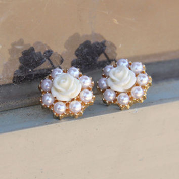 Linger in the Garden Studs in Ivory
