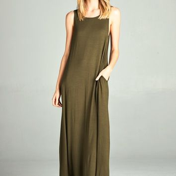 This casual maxi dress features super soft jersey knit fabrication, scoop neckline, two side of pockets, and sleeveless construction. Pair with big straw hat, sandals and fringe crossbody bag.