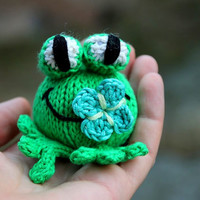 Babs the Frog knitting pattern for beginners and advanced knitters, spring gift and decoration, easter, gift for kids and adults