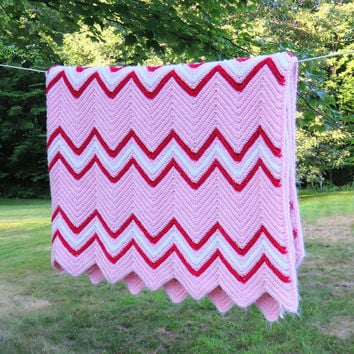Red pink white chevron zig-zag crochet blanket throw afghan - Vintage crochet afghan - cottage chic decor 75 x 64 in