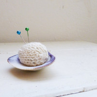 Knit pin cushion, pin cushion white, clam shell pin cushion, beach pin cushion, ready to ship, handmade, small pin cushion, quilting