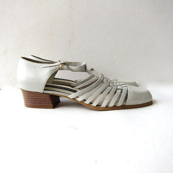 Vintage off white leather woven sandals. Chunky heels + strappy sandals. Buckled sandals. Gladiator leather shoes.