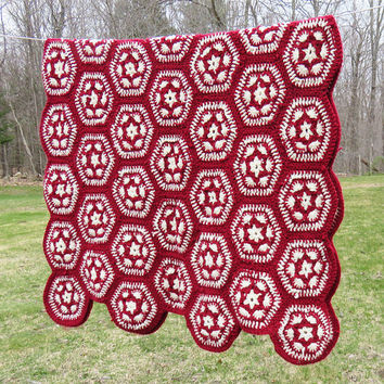Red white crochet afghan throw blanket with hexagon design - Cottage chic decor - Vintage red and white afghan 64 x 42 in
