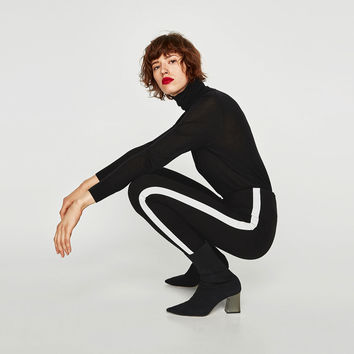 LEGGINGS WITH CONTRASTING SIDE STRIPES DETAILS