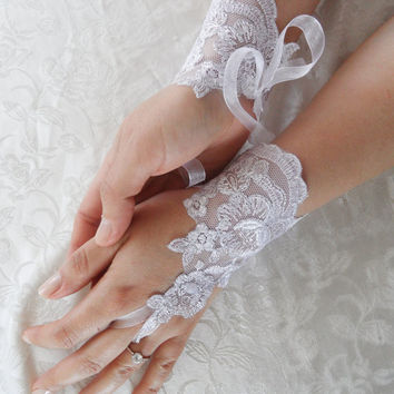 Wedding Gloves, white lace gloves, collar, Fingerless Gloves, off cuffs, bridal gloves, free shipping