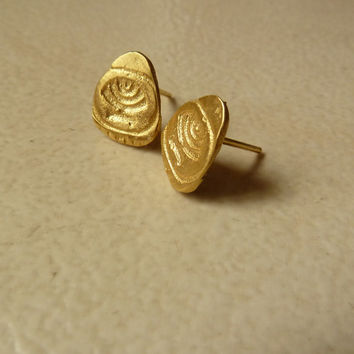Gold stud post earrings for men and women, unique and modern.