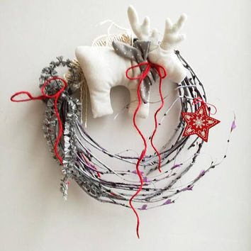 White reindeer wreath, Christmas wreath with white, reindeer plushie and red star, grey branches Xmas wreath with reindeer, door wreath