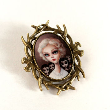 Margaret Keane tribute - Queen Mother of Big Eyes - special edition printed cameo brooch pin by Mab Graves