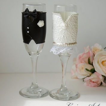 Wedding Champagne Flutes Black & White Wedding Champagne Glasses Wedding Toasting Flutes Bride and Groom