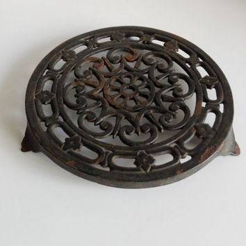 Round enamelled cast iron french trivet. Black color.