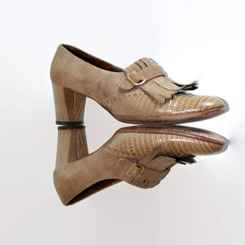 60s beige shoes by Hill and Dale. Vintage chunky heel. Suede leather pumps. Mad Men fashion. Toe fringes. Size 7 1/2. Round toe.