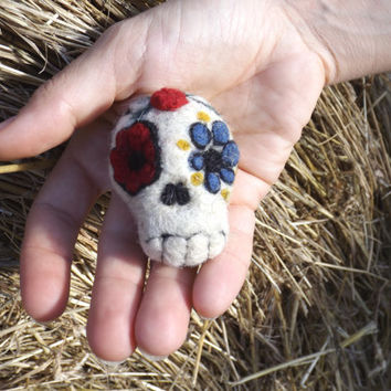 Needle felted calavera mexican skull, Dia de los muertos decor white floral death's head, halloween decoration #halloween #halloweendecor