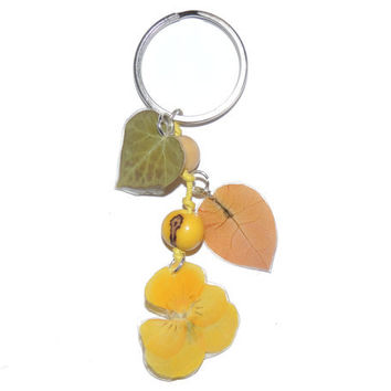 Keychain with a real pansy and bougainvilleas. Botanical accessories. Artisan accessories. Yellow keychain. Eco-friendly Gift for her.